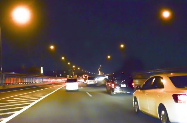 運転行動と夜間視力低下のリスク