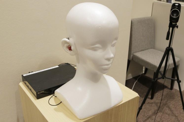 このマネキンの補聴器を試聴できる